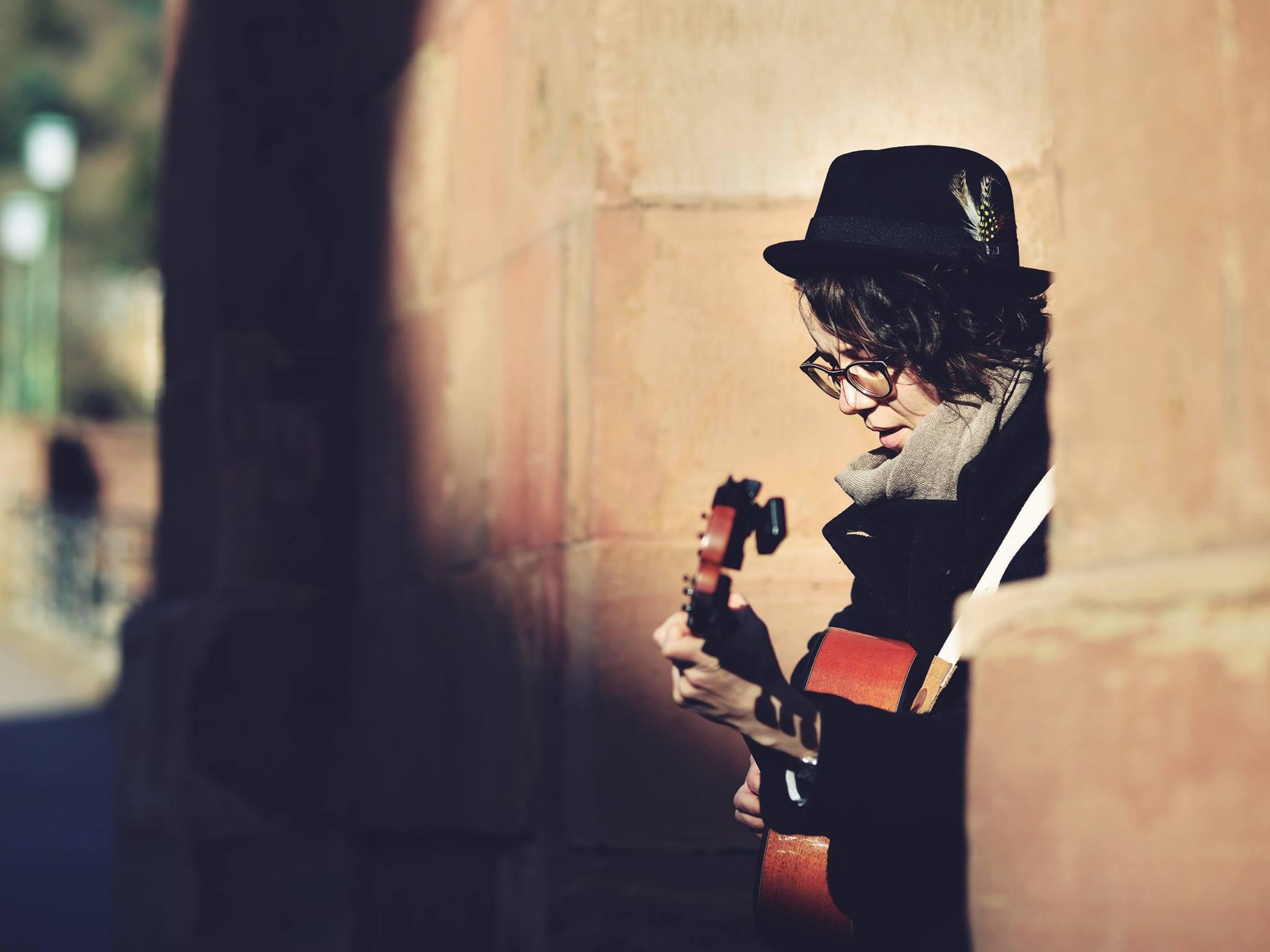 Foto: Daniel Kubirski. In Heidelberg kein seltener Gast: Die Straßenmusikerin Marie Otto.